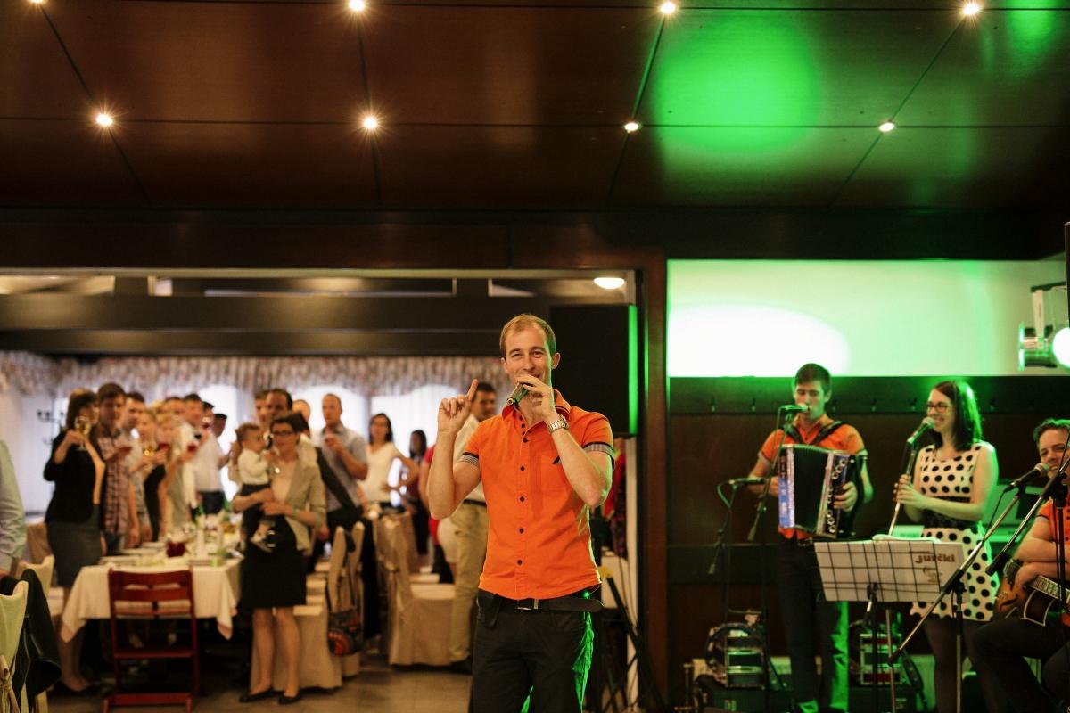 Vodenje programa in ustvarjanje zabave na poroki kjer igra ansambel Jurčki, ki je najboljši ansambel, bend ali skupina za poroke, veselice, abrahame, praznovanja in zabave. Jurčki so odlična skupina za poroko. Na poroki naredijo odlično vzdušje.