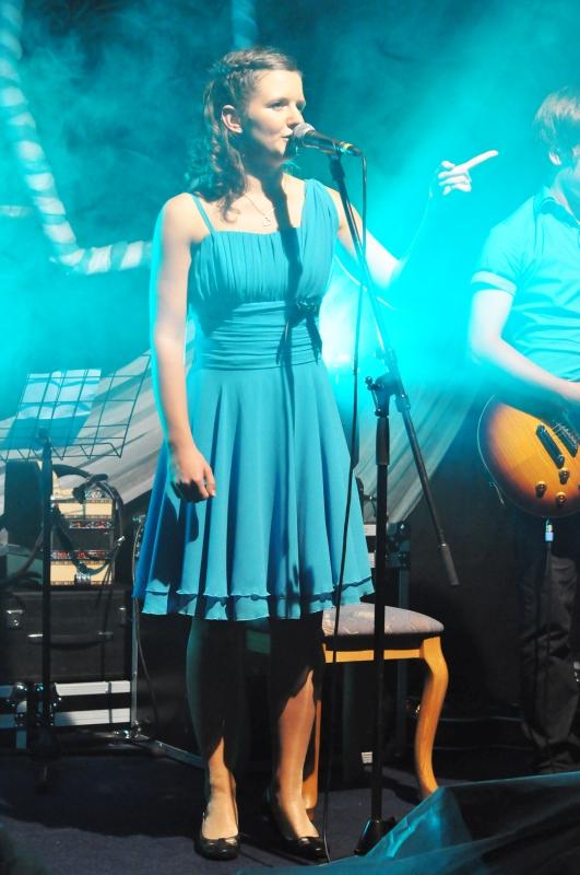 Tadeja Lončar - Pevka ansambla Jurčki, ki je najboljši ansambel, bend ali skupina za poroke, veselice, abrahame, praznovanja in zabave. Jurčki so odlična skupina za poroko. Na poroki naredijo odlično vzdušje.
