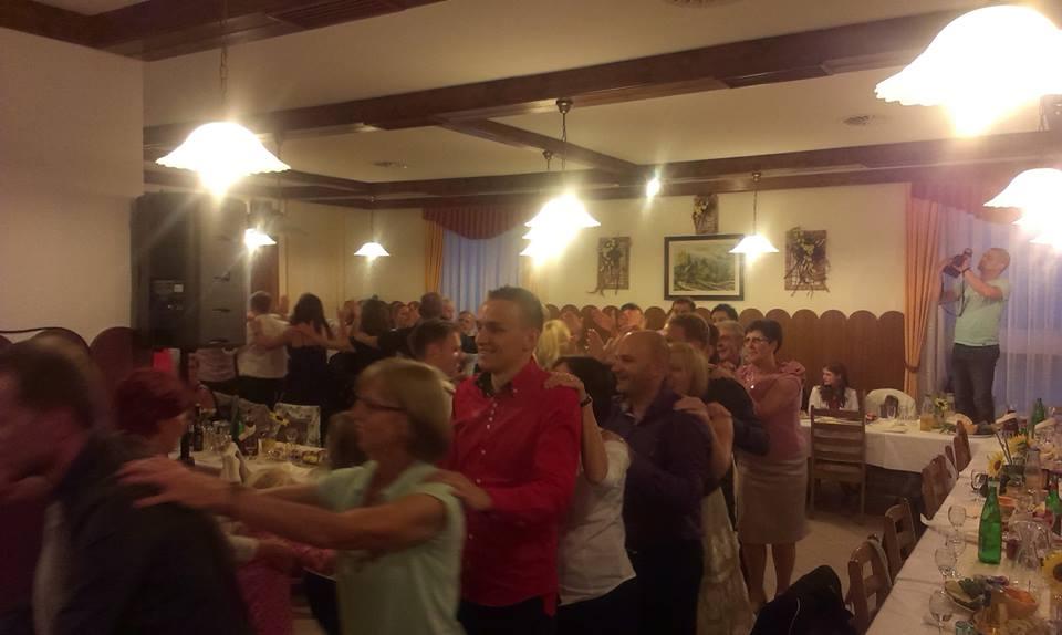 Vlakec in velika zabava na poroki kjer igra ansambel Jurčki, ki je najboljši ansambel za poroke, veselice, abrahame, praznovanja in zabave. Jurčki so odlična skupina za poroko.